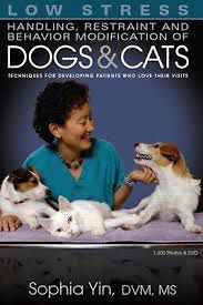 Low Stress Handling, Restraint and Behavior Modification of Dogs and Cats: Techniques for Developing Patients Who Love Their Visits [Paperback]
